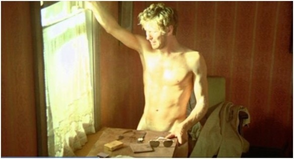 Gary Bond tries to remember what happened the night before in this scene from Wake in Fright (1971)