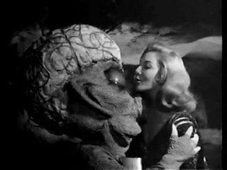 The romantic scenes are out of this world in La Nave de los Monstruos (1960)