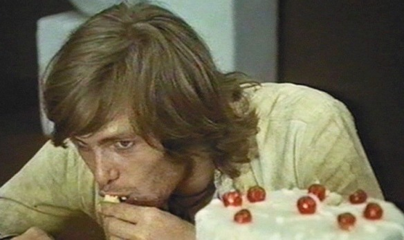 David (Ray Lovelock) proves that hippies are slobs at the dinner table in Queens of Evil (1970).